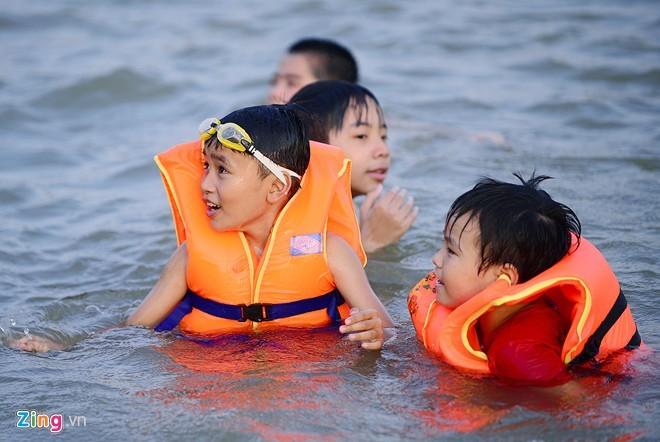 Bãi tắm, miễn phí, Hà Nội, làng Hạ Thái, kín người