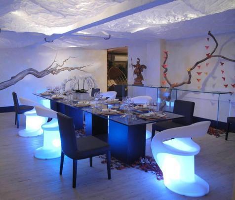 As cadeira com iluminção de LED deixam a decoração do ambiente mais moderna - Reprodução/Internet