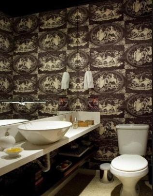 Um tecido estampado nas paredes de um lavabo pequeno: o espelho cai como uma luva no local, dando sensação de amplitude para todos os lados, no projeto assinado pela arquiteta Renée Sbrana - Reprodução/Internet