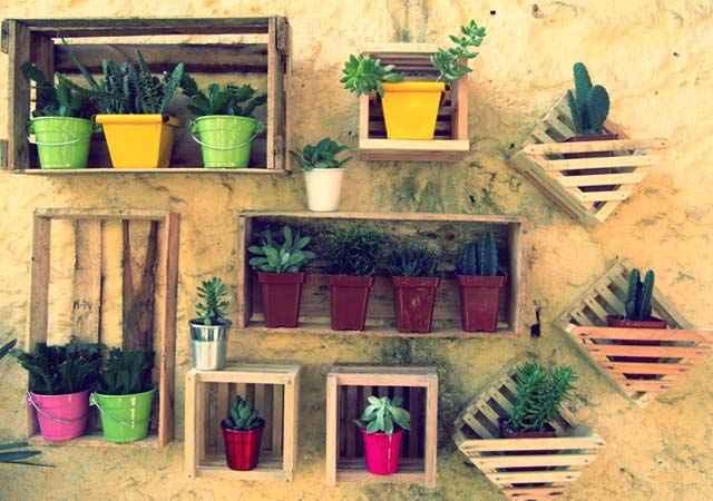 Nos jardins os caixotes podem ser usados da cor natural da madeira. A decoração rústica combina bastante com as áreas externas da casa