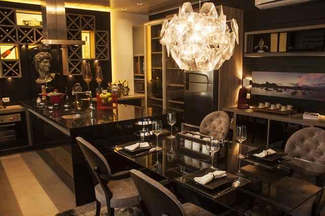Integrar cozinha e sala de jantar é uma boa solução para ambientes reduzidos, a composição deve ser harmônica e prática, proporcionando conforto visual e facilidades