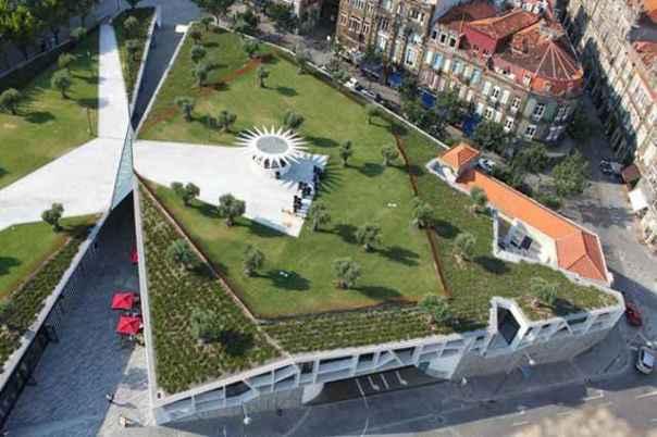 De acordo com um dos arquitetos do projeto, o intuito era fazer da cobertura do pequeno centro comercial, uma extensão do Jardim de Cordoaria (Divulgação/Balonas e Menano)