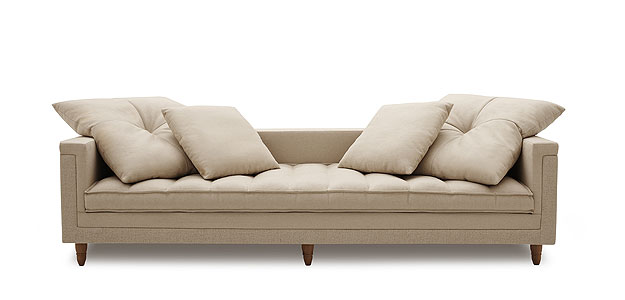 Sugestão de modelo da Carbono para inspirar quem deseja mudar o modelo que tem em casa: tecido de linho com pés de madeira  (Carbono/Divulgação)