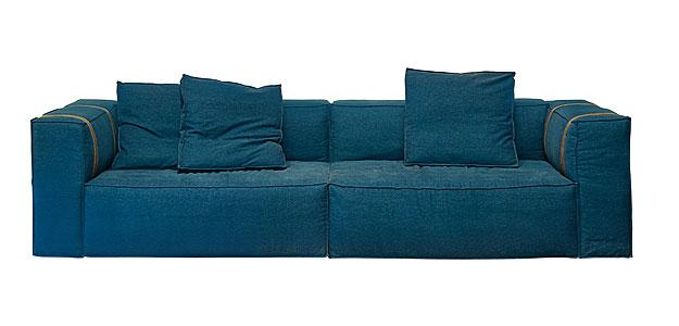 Sofá jeans com estrutura metálica. Confortável e elegante, é resistente para o dia a dia (Lider Interiores/Divulgação)