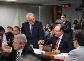 Os deputados Miro Teixeira e Candido Vacarezza, durante reunião da Comissão Parlamentar Mista de Inquérito (CPMI) do Cachoeira para examinar requerimentos (Wilson Dias/ABr)