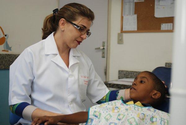 Odontologista Ana Carolina Leitão Falcão teve que adaptar os atendimentos e sua própria vida para lidar com doença rara (Blenda Souto Maior/DP/D.A.Press)