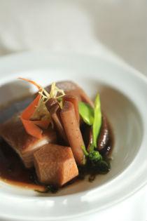 Panceta de porco é cozida e acompanha legumes ao molho Esake (Bernardo Dantas/ DP/D.A Press.)