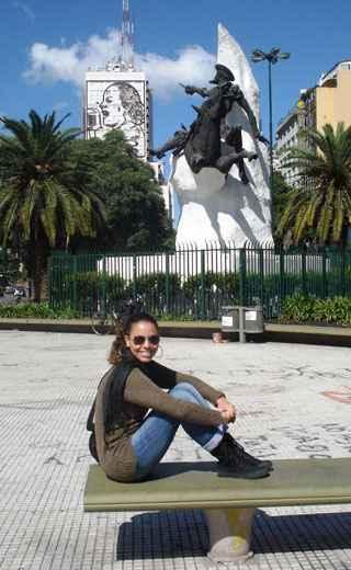 Rafaela Aguiar nas proximidades da Avenida 9 de Julho, em Buenos Aires. Foto: Arquivo Pessoal/Divulgação