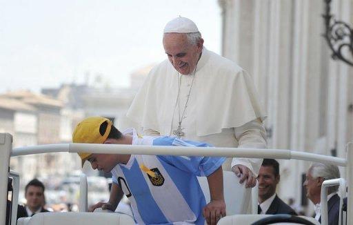 O Papa convida o jovem portador de síndrome de Down a subir no papamóvel. Foto: © AFP Tiziana Fabi