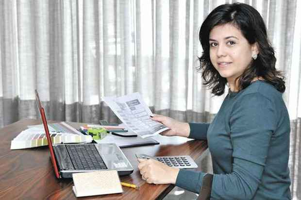 A arquiteta Adriana Ferreira começou a planejar seu futuro a pouco tempo e hoje fazer reserva financeira em três contas de poupança - Foto: Maria Tereza Correia/EM/D.A Press (Maria Tereza Correia/EM/D.A Press)