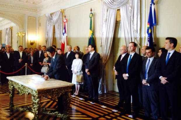 Presidente da Toyota no Brasil, Koji Kondo, assina protocolo para construção de centro de distribuição de veículos em Suape. Foto: André Clemente/DP/DA Press