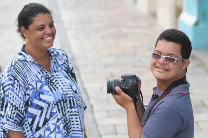 Lucas fotografa com incentivo da mãe, Alessandra. Foto: Nando Chiappetta/DP (Foto: Nando Chiappetta/DP)