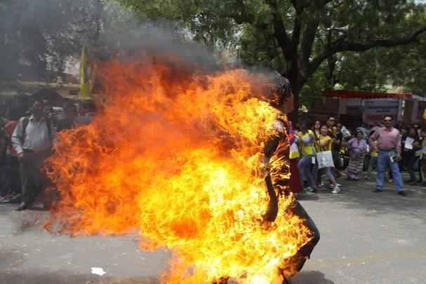 Um exilado tibetano ateou fogo ao corpo nesta segunda-feira em Nova Délhi durante uma manifestação de protesto contra a visita que o presidente chinês, Hu Jintao, fará em breve à Índia.O homem, de 27 anos, identificado como Janphel Yeshi, colocou fogo no corpo em pleno centro da capital indiana, segundo fontes policiais - AFP
