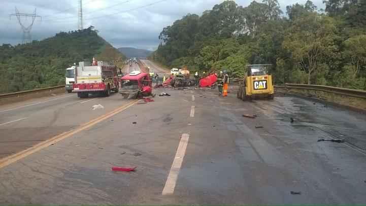 Batida entre caminhão-tanque e uma caminhonete deixou pelo menos cinco mortos e um ferido na BR-040, altura do quilômetro 582, em Itabirito