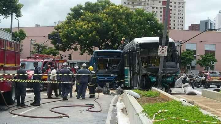 Acidente entre dois ônibus mata duas pessoas e fere 14 no Centro de Belo Horizonte