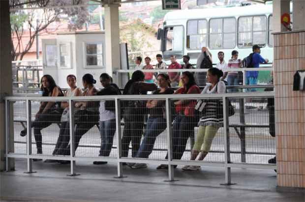 Passageiros esperam pelos ônibus na Estação Venda Nova (Paulo Filgueiras/EM/D.A Press)