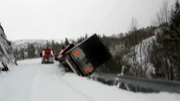 Carreta tomba e puxa reboque em uma estrada coberta de neve na Noruega  (Reprodução / Youtube)