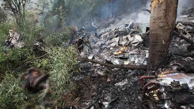 Destroços do avião que caiu em uma granja próxima ao Aeroporto de Serrinha (Fernando Priamo/Tribuna de Minas)