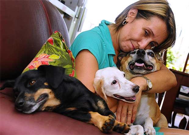 Animal de estimação é quase como um filho. É para o resto da vida dele e exige dedicação - n Stela Maria Ferreira de Carvalho, dona de casa que cuida de animais vítimas de maus-tratos ( Euler Junior/EM/D.A Press.)