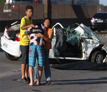 Inconformado, filho da vítima foi amparado por parentes ao lado do corpo da mãe (Edesio Ferreira/EM/D.A Press)