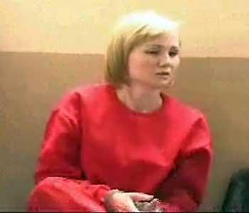 Visual de Érika Passarelli depois da prisão, durante audiência na Comarca de Itabirito (Reprodução TV Alterosa )