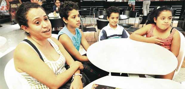 Heloísa Souza, com os filhos Leandro, Frederico e Giulia, diz que se FGTS for lei, vai pagar benefício (Gladyston Rodrigues/EM/D.A Press)
