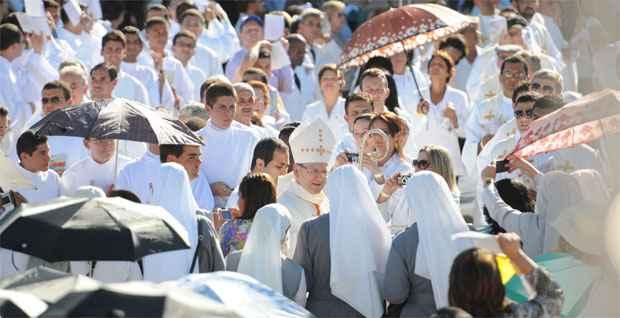 Cardeal Angelo Amato, prefeito da Congregação da Causa dos Santos e representante do papa Francisco, chega para a missa campal (Gladyston Rodrigues/EM/D.A Press)