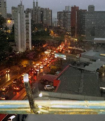 Congestionamento na Avenida Raja Gabáglia (Alessandro Lê-lê)
