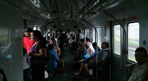 As pessoas ficaram presas dentro dos trens, queixando-se de calor e ameaçando quebrar as janelas (Rodrigo Santana/ Reprodução/ WhatsApp)