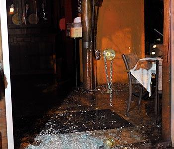Uma porta de vidro ficou estilhaçada  (Leandro Couri/EM/D.A.Press)