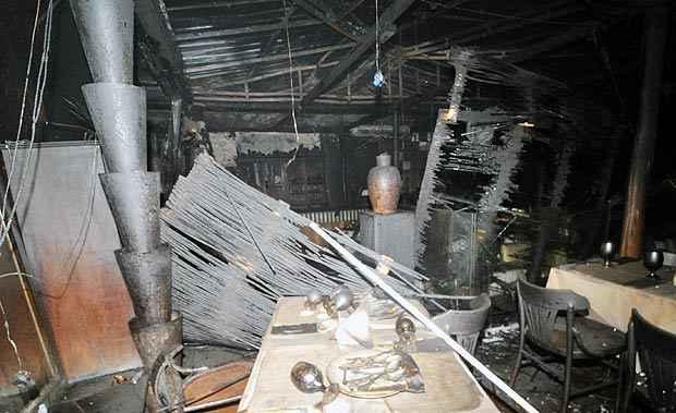 As chamas destruíram móveis e chegaram a atingir o teto do restaurante (Leandro Couri/EM/D.A.Press)