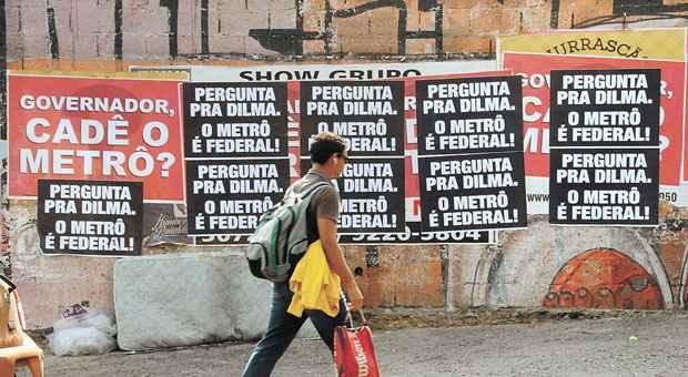 Cartazes cobrem muros do Bairro Floresta. Primeiro foram colados os que questionam o governador, depois os que atribuem a Dilma o atraso nas obras  (Beto Novaes/EM/D.A PRESS)