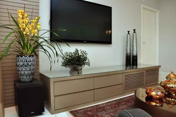 Recorrer a plantas na decoração ajuda a criar ambientes mais acolhedores. Mesmo em pequenos espaços dentro do imóvel, elas transmitem uma sensação de frescor, vida e bem-estar - Eduardo Almeida/RA Studio