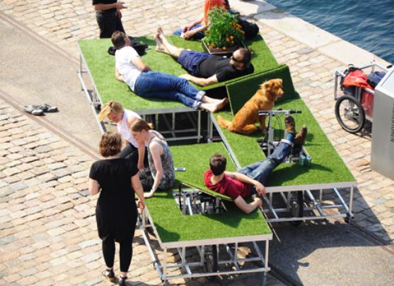 Este parque móvel sobre duas rodas é uma boa opção para estar com a natureza em qualquer parte da cidade. Criada na Dinamarca, área verde instalada em bicicletas permite ficar deitado na grama onde o usuário desejar - Rebar e N55/Divulgação