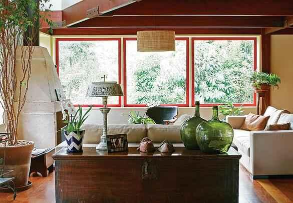 Baús se destacam para compor e dar charme extra na decoração da casa. Muito usados em séculos passados, eles são úteis para guardar vários objetos, como fotos, revistas, roupa de cama, entre outros - Reprodução/Internet