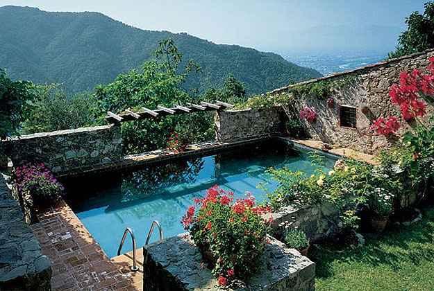 Casa na Toscana. Piscina se insere no projeto com sofisticação (Richard Mandelkorn/Architectural Digest/Divulgação)