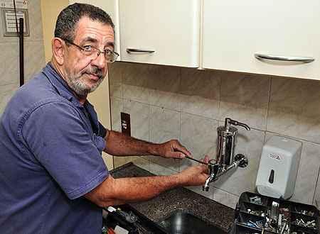 Carlos Novaes aprendeu a fazer consertos na rede hidráulica e outros tipos de serviço com o pai (Eduardo de Almeida/RA Studio)