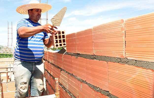Com formação no Senais e 18 anos de experiência, o pedreiro Alexandre Gonçalves diz que é preciso preparar bem a parede antes de pintá-la para evitar problemas futuros   (Eduardo de Almeida/RA Studio)