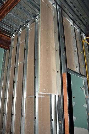 Além de econômico e estético, drywall é altamente resistente para a construção de paredes, permitindo instalação de fiação elétrica sem problemas (Eduardo Almeida/RA Studio)