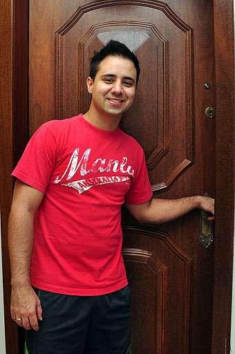 Felipe Franco, administrador de empresas, sabe que por ser um bem de altíssimo valor é preciso verificar todos os itens antes de se mudar (Eduardo de Almeida/RA Studio)