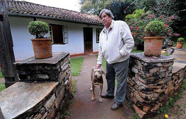 Paulo Lage queria ensinar a construir um fogão à lenha e acabou desenvolvendo toda a residência com o amigo Djalma (Beto Novaes/EM/D.A Press)