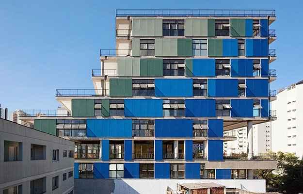 O Edifício Comercial João Moura na Zona Oeste de São Paulo possui varandas de diferentes dimensões e um painel com aberturas e anteparos coloridos   (Nitsche Arquitetos Associados/Divulgação)