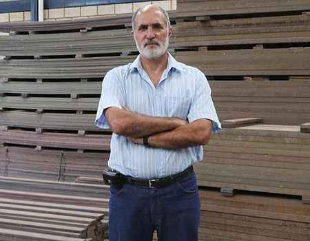 Diretor da Ecoblock, Victor Mascarenhas destaca que a madeira biosintética pode ser usada em decks de piscinas, bancos, andaimes e até na decoração da casa (Edésio Ferreira/EM/D.A PRESS)