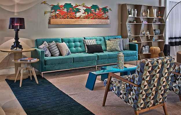 Apesar de tradicional, o sofá ganha ares modernos com cores vibrantes no projeto de Tatiana Pradal (Jomar Bragança/Divulgação)