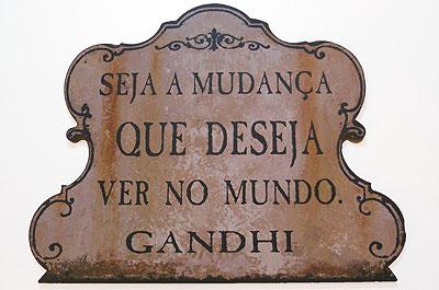 Placas com dizeres dão um toque de modernidade e revelam traços do morador  (Barbara Pontello/Divulgação)