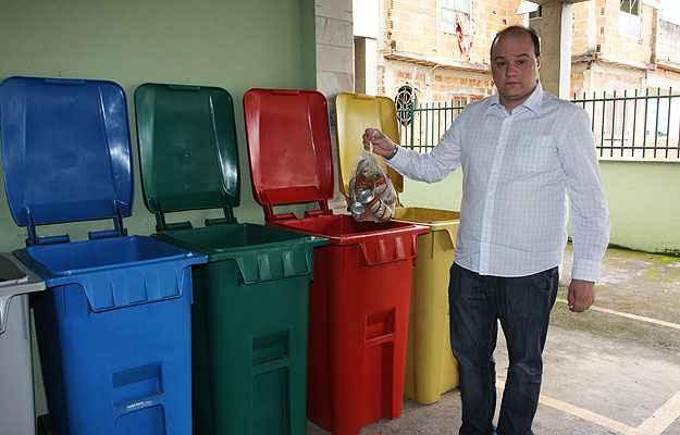 O síndico Athos Ruas diz que o condomínio faz a sua parte, mas o serviço da prefeitura não passa no Santa Tereza, na Região Leste da cidade (Edésio Ferreira/EM/D.A Press)