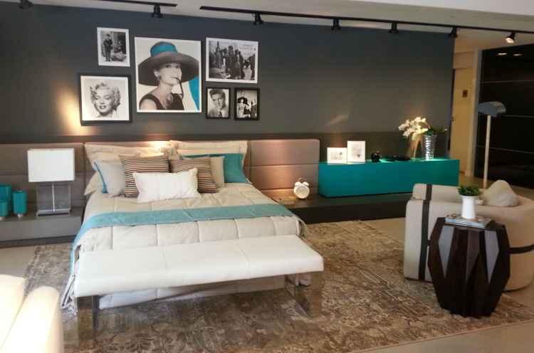 Neste quarto, a iluminação destaca os quadros na parede, que combinam com o resto do ambiente - Arquivo Pessoal