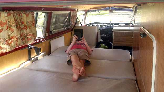 O pequeno Bode descansa no interior da Kombi