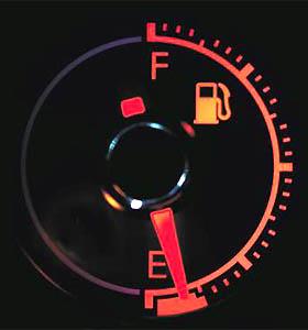 O indicador do nível de combustível não deixa margem a dúvida quando a luz amarela acende: a energia está perto do fim (Divulgação)