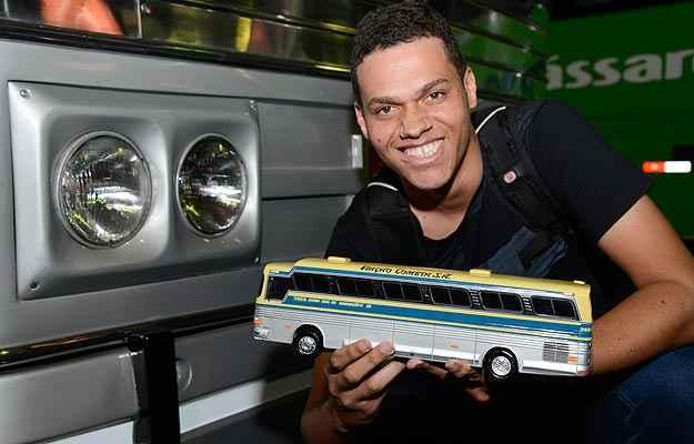 Fábio Henrique de Paula Flaviano ganhou uma miniatura do ônibus (Thiago Ventura/EM/D.A Press)